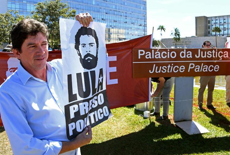 Manifestantes protestam em frente ao Ministério da Justiça em Brasília pedindo a libertação do ex-presidente Luiz Inácio Lula da Silva e a prisão do ministro da Justiça do Brasil em 10 de junho de 2019. A equipe do 'The Intercept Brasil' recebeu ameaças após a publicação de uma reportagem em 9 de junho a respeito da