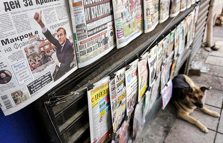 A news kiosk in Sofia in May 2017. An investigative journalist from Bulgaria says he has been threatened and that at least two news outlets have attacked him over his reporting on an allegedly illegal water supply. (AFP/Nikolay Doychinov)