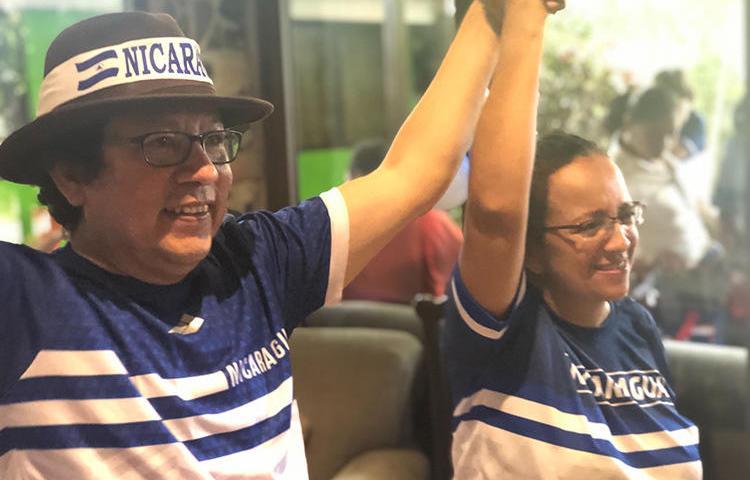 Los periodistas nicaragüenses Miguel Mora, izquierda, y Lucía Pineda en Managua, Nicaragua, luego de su excarcelación el 11 de junio de 2019. (CPJ)