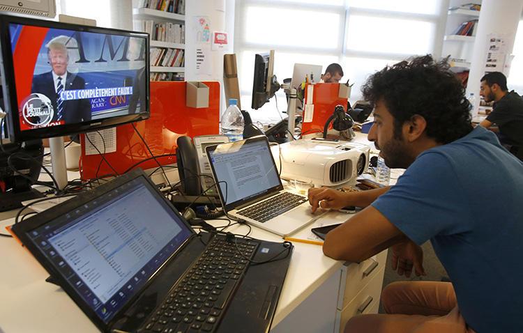 Le journaliste d'investigation marocain Omar Radi, qui travaillait à l'époque pour le site web Le Desk, au siège du site web à Casablanca, au Maroc, le 18 septembre 2015. Radi et d'autres journalistes indépendants ont décrit au CPJ un climat de surveillance omniprésente et de harcèlement dans le pays. (AP Photo/Abdeljalil Bounhar)