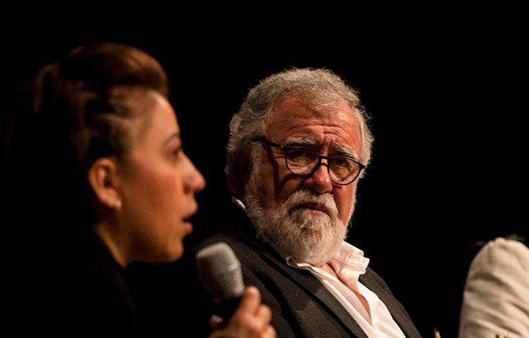 Patricia Espinosa, la hermana de Rubén Espinosa, fotoperiodista asesinado en 2015, y Alejandro Encinas, subsecretario de derechos humanos, población y migración, hablan durante la Cumbre de Libertad de Prensa del CPJ. (Ian Garciafigueroa)