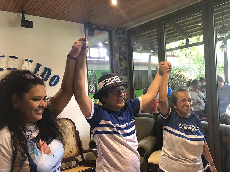 Verónica Chávez, Miguel Mora, y Lucía Pineda, después de la liberación de la prisión de Mora y Pineda el 11 de junio en Managua, Nicaragua. (CPJ)