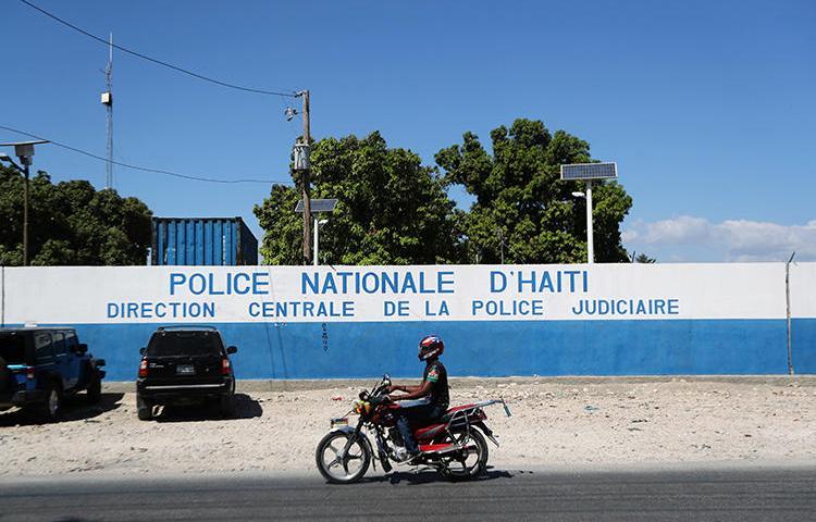 Image d'un poste de police à Port-au-Prince le 18 Février, 2019.  Tout récemment, le journaliste Kendi Zidor est sorti indemne d'un attentat par balles dans la ville. (Reuters/Ivan Alvarado)