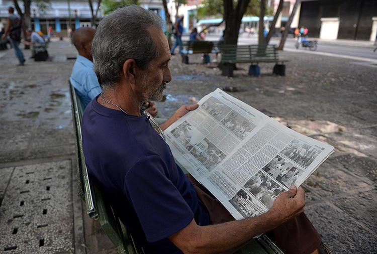 Un hombre lee un diario cubano en La Habana, el 19 de mayo de 2018. Cuba sentencia al periodista Roberto Quiñones a un año de prisión el 7 de agosto de 1019. (AFP/Yamil Lage)