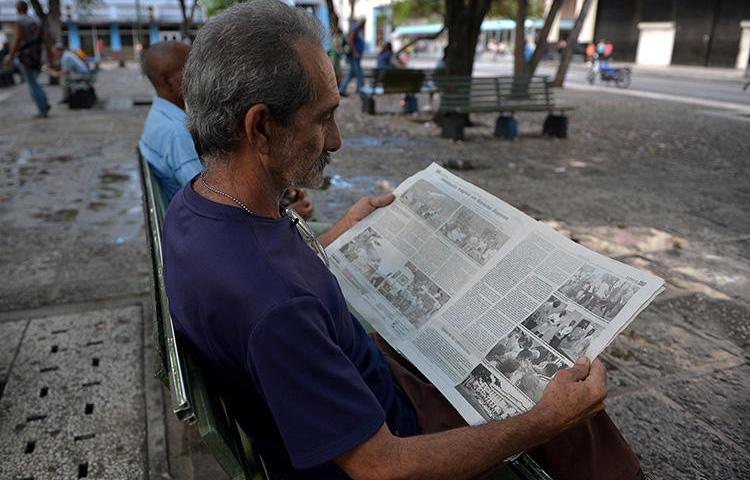 A man reads a Cuban newspaper in Havana on May 19, 2018. Cuba sentences journalist Roberto Quiñones to one-year prison term on August 7, 2019. (AFP/Yamil Lage)