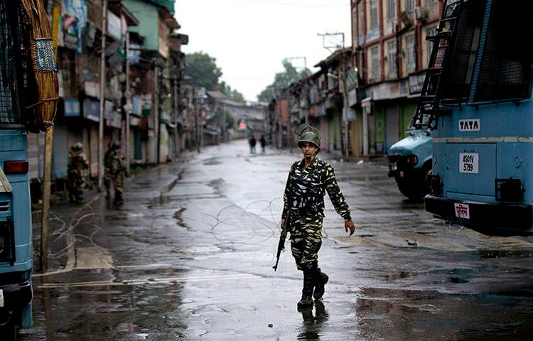 An Indian paramilitary soldier patrols during a security lockdown in Srinagar, on August 14. Indian authorities detained at least two journalists in Jammu and Kashmir in the past week. (AP/Dar Yasin/File)