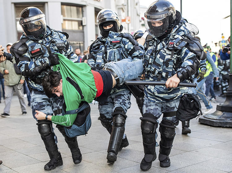 Police detain a man during a protest in Moscow, Russia, on August 10, 2019. CPJ on August 22 joined a call for Russian authorities to end the harassment of journalists covering the Moscow protests. (Evgeny Feldman/Meduza via AP)