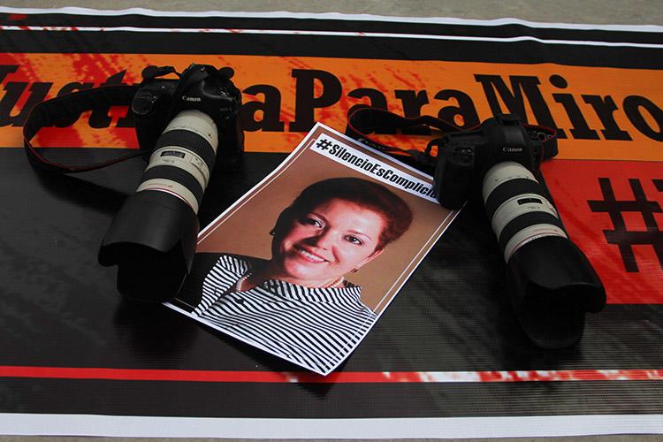 Cámaras y una foto de Miroslava Breach son dejadas como parte de un tributo a la periodista en el marco del segundo aniversario luctuoso de su asesinato. Un informe ha señalado las fallas en la investigación mexicana de su homicidio.(AFP/Herika Martinez)