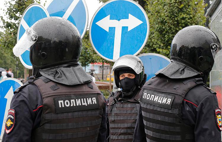 Police officers are seen in Moscow, Russia, on August 3, 2019. Police in Saratov recently raided journalist AleksandrNikishin's apartment and interrogated him. (AP/Alexander Zemlianichenko)