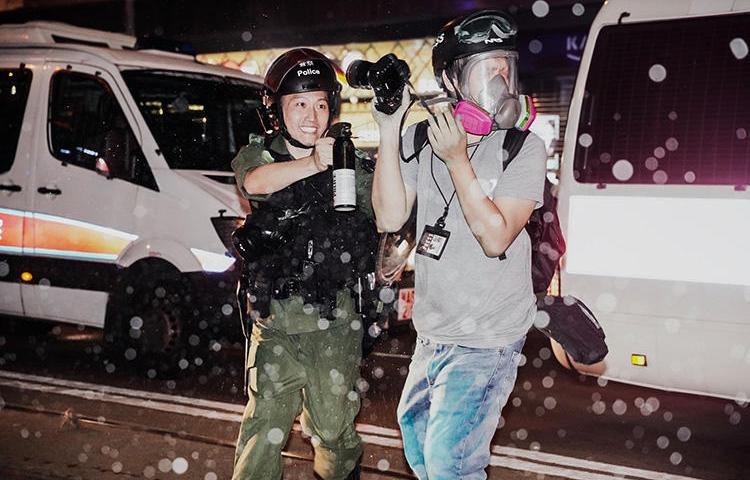 A police officer sprays journalist Lam Chun Tung with pepper spray on September 29, 2019. Police also fired projectiles at journalists. (Nasha Chan/Stand News)