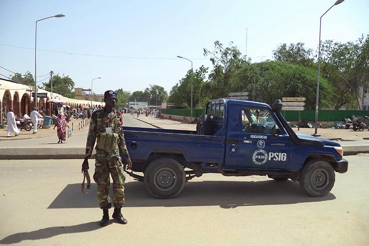 Un policier est aperçu à N'Djamena, au Tchad, le 11 juillet 2015. Un tribunal de N'Djamena a récemment inculpé deux journalistes tchadiens pour diffamation criminelle et a condamné l'un d'entre eux à une peine d'emprisonnement. (Reuters/Moumine Ngarmbassa)