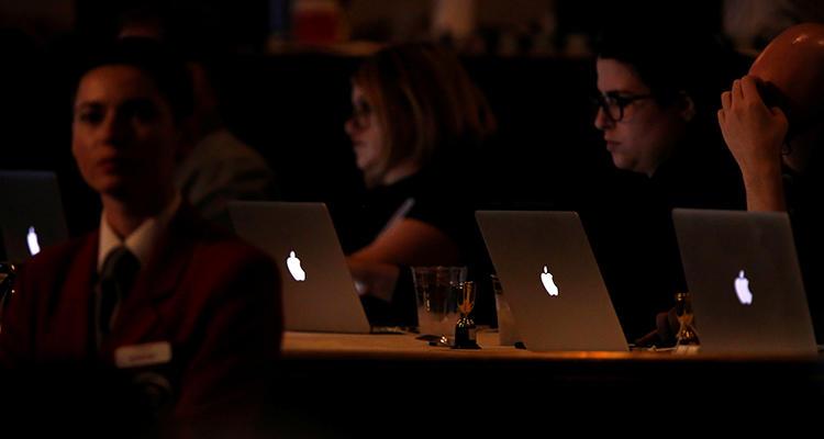 Periodistas trabajan durante un panel para una serie de televisión en Beverly Hills, California, en agosto de 2016. Las periodistas y los periodistas de género no conformista de Estados Unidos y Canadá afirman que necesitan más capacitación sobre cómo enfrentar el acoso y las amenazas. (Reuters/Mario Anzuoni)