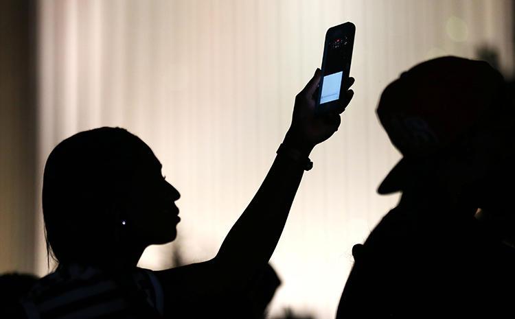 Una manifestante utiliza su teléfono para filmar durante una protesta en Charlotte, Carolina del Norte, en septiembre de 2016. La encuesta sobre seguridad del CPJ halló que el 85 % de las periodistas encuestadas creen que el periodismo se está convirtiendo en una profesión cada vez menos segura. (Reuters/Mike Blake)