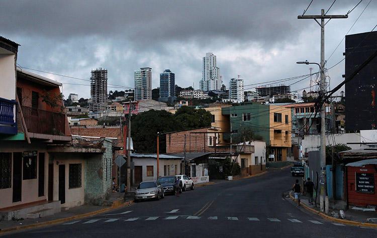 Una imágen de Tegucigalpa, capital de Honduras, en diciembre 2017.  Pistoleros no identificados asesinaron por disparo a un periodista en Copán, al oeste de Honduras, el 31 de agosto. (Reuters/Henry Romero)