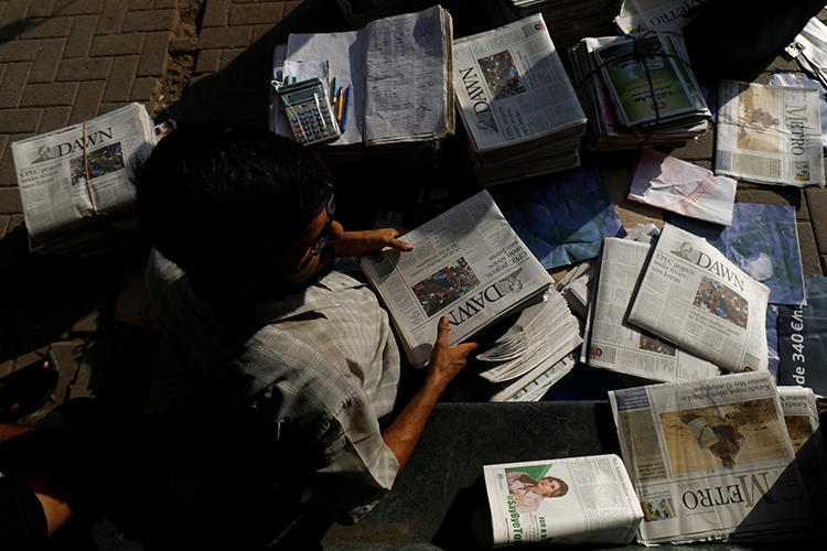 A newspaper vendor is seen in Karachi, Pakistan, on October 7, 2018. The country is currently considering establishing courts specifically for media-related issues. (Reuters/Akhtar Soomro)