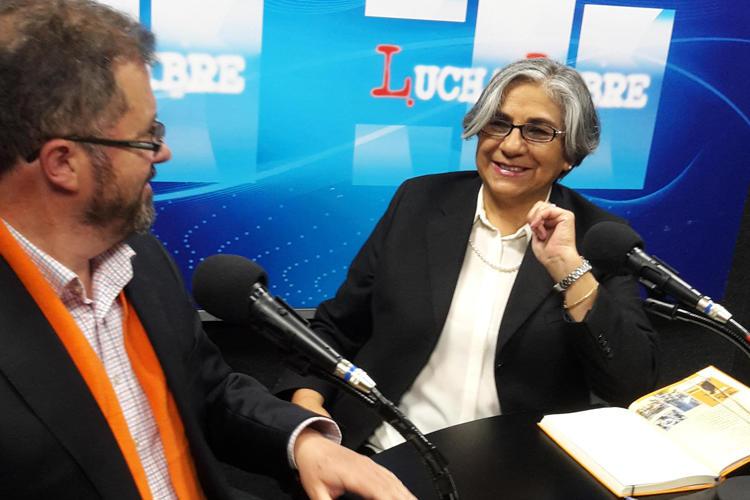 La periodista boliviana Amalia Pando en su oficina improvisada; anteriormente, ella era una presencia ubicua en la radio y televisión boliviana. (CPJ / John Otis)