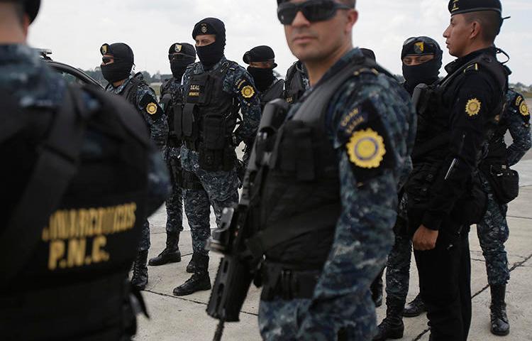 Agentes de policía en Ciudad de Guatemala el 20 de mayo de 2019. Agentes policiales de El Estor recientemente allanaron la radioemisora maya Xyaab' Tzuultaq'a. (AP/Moisés Castillo)