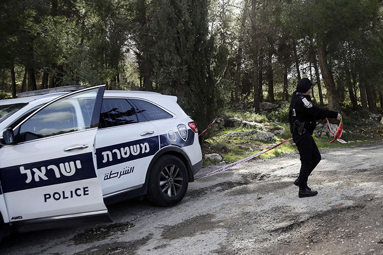 An Israeli police officer is seen in Jerusalem on February 8, 2019. Individuals in Kiryat Ata recently assaulted journalist Daniel Siryoti. (AP/Mahmoud Illean)