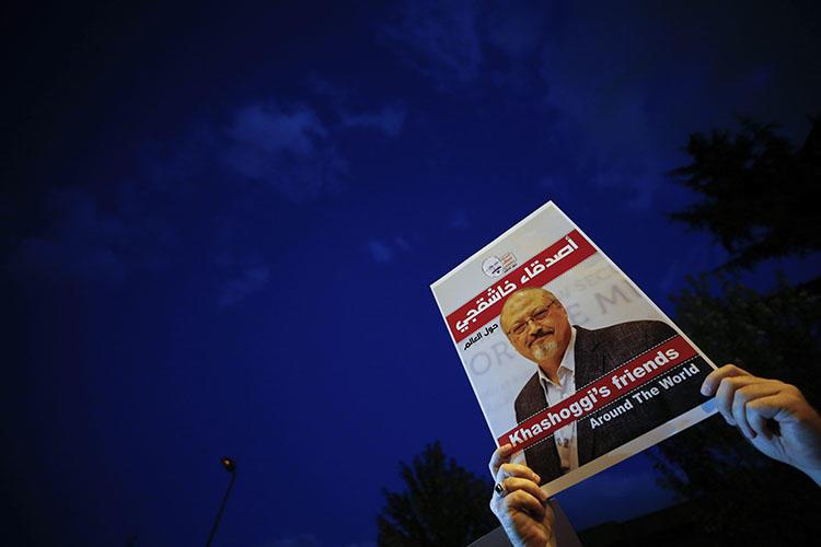 وقفة احتجاجية للكاتب الصحفي بواشنطن بوست جمال خاشقجي ، خارج قنصلية المملكة العربية السعودية في اسطنبول في 25 أكتوبر 2018. قبل الذكرى السنوية الأولى لمقتل الصحفي ، تواصل لجنة حماية الصحفيين الدعوة إلى العدالة والمساءلة. (AP/Emrah Gurel)