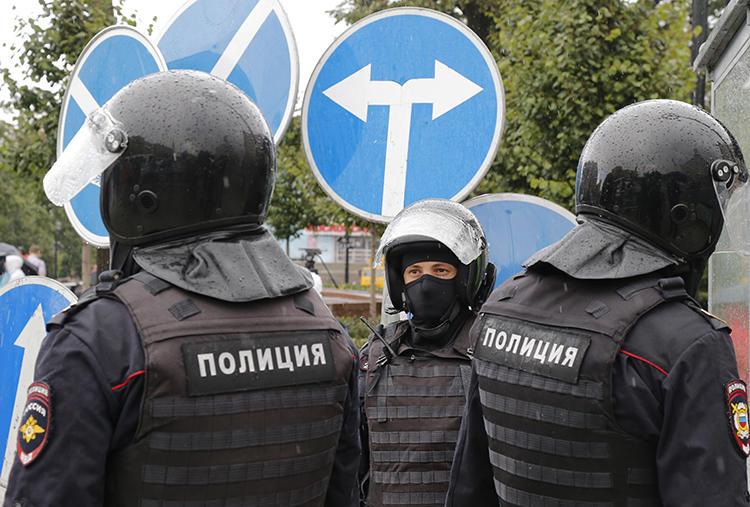 Police officers are seen in Moscow, Russia, on August 3, 2019. Authorities in Pskov recently harassed journalists covering the case of Svetlana Prokopyeva. (AP/Alexander Zemlianichenko)