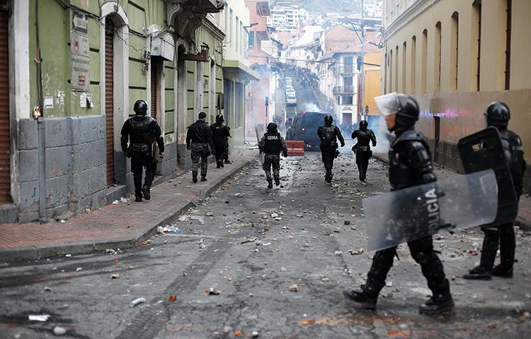 Agentes de la Policía en Quito, Ecuador, el 3 de octubre de 2019. Agentes policiales recientemente atacaron a un grupo de periodistas que cubría una protesta en Quito. (Reuters/Daniel Tapia)