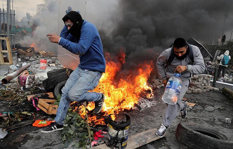Imagen de manifestantes en Quito, Ecuador, el 12 de octubre de 2019. En medio de las protestas, recientemente grupos no identificados atacaron las oficinas de dos medios de comunicación informativos en la ciudad. (Reuters/Ivan Alvarado)