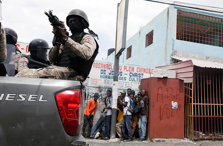 Photo d'un policier à Port-au-Prince, Haïti, le 30 septembre 2019. Ce jour-là, la police a tiré sur le journaliste Edmond Agenor Joseph à Port-au-Prince. (Reuters/Andres Martinez Casares)
