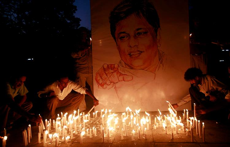 A vigil for journalist Lasantha Wickramatunga is seen in Colombo, Sri Lanka, on January 15, 2009. A U.S. court recently dismissed a civil suit against former Secretary of Defense Gotabaya Rajapaksa over his alleged involvement in the killing. (Reuters/Buddhika Weerasinghe)