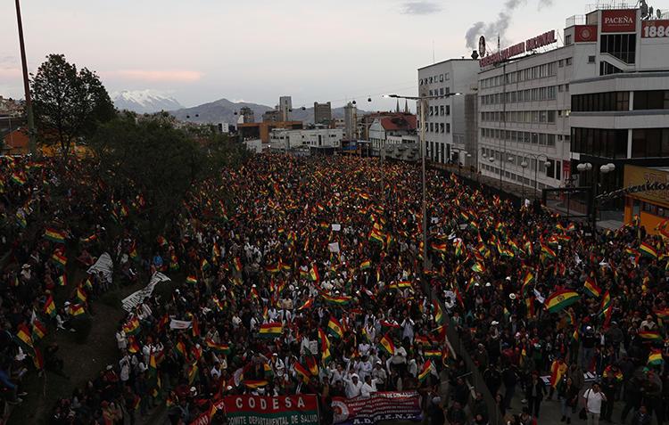 Imagen de protestas anti-gubernamentales en La Paz, Bolivia, el 31 de octubre de 2019. El camarógrafo Daynor Flores Quispe fue herido por una explosión en medio de las protestas. (AP/Juan Karita)
