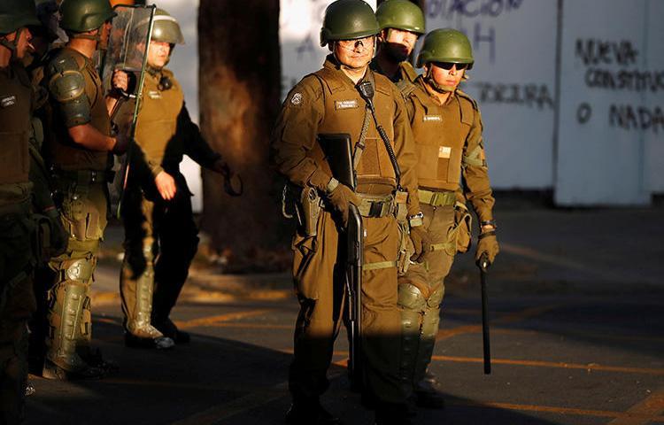Imagen de funcionarios policiales en Santiago, Chile, el 6 de noviembre de 2019. La policía investiga el reciente asesinato de la periodista Albertina Martínez Burgos en Santiago. (Reuters/Jorge Silva)