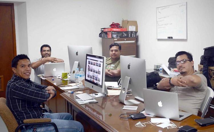 El periodista mexicano Gildo Garza, a la derecha, y su equipo, en una cobertura en Victoria. Garza ha estado incorporado en el mecanismo de protección desde 2017. (Gildo Garza)