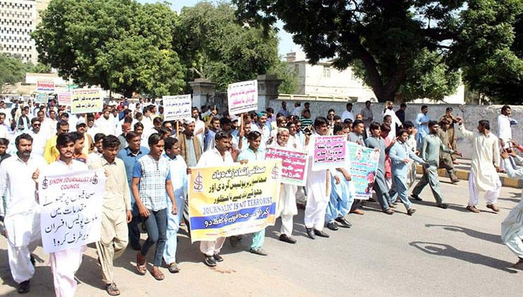 Journalists in Sindh province pictured at a protest in 2019. Police on December 24 arrested Daily Jurat reporter Ajeeb Lakho. (Ejaz Korai)