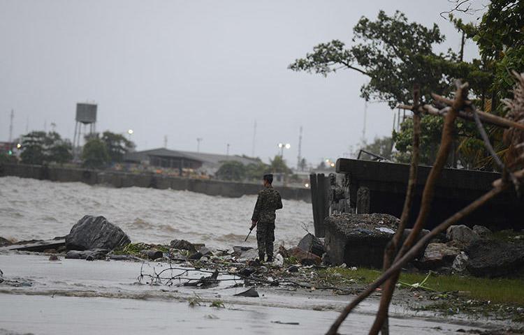 Un soldado vigila las orillas de Puerto Cortés, en el caribe hondureño, a la espera de un huracán en agosto de 2016. Hombres armados asesinaron al presentador de un programa de opinión de televisión en la ciudad hondureña, el 25 de noviembre de 2019.