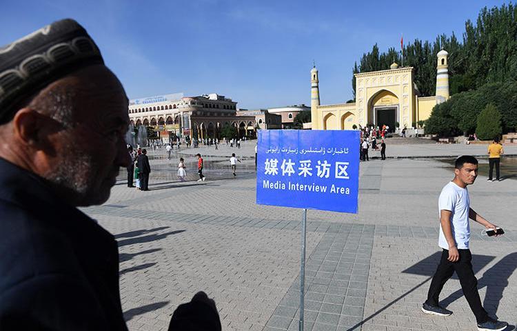 На фотографии, сделанной 5 июня 2019 года, показана «зона интервью для СМИ» для репортеров, установленная возле мечети Ид Ках в утро Ид-аль-Фитр, когда мусульмане всего мира празднуют окончание Рамадана, в Кашгаре, в северо-западном регионе Китая Синьцзяне. В 2019 году Китай занял первое место в списке стран, заключивших наибольшее количество журналистов за решетку - 48 человек на данный момент находятся в тюрьме. (Франс Пресс/Грег Бейкер)