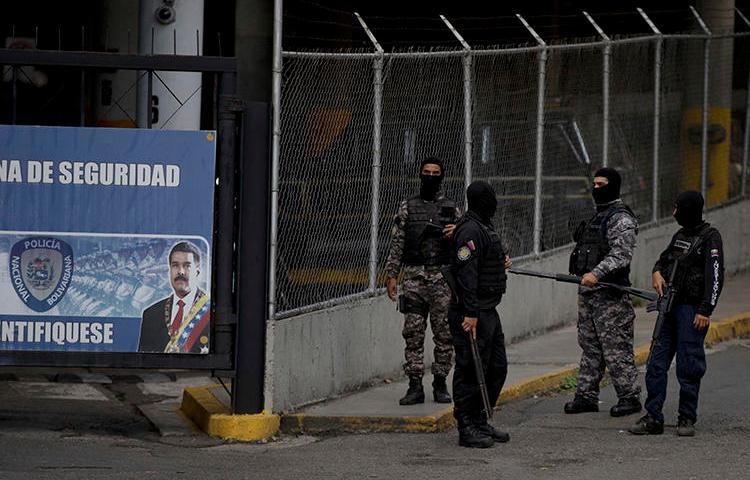 Imagen de un grupo de agentes de las fuerzas de seguridad SEBIN de Venezuela en Caracas, el 16 de mayo de 2018. Agentes del SEBIN recientemente clausuraron dos medios de comunicación informativos en el marco de una investigación sobre lavado de capitales. (AP/Fernando Llano)