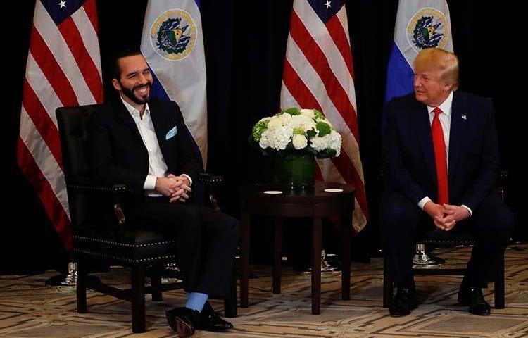 El presidente de El Salvador Nayib Bukele, con el presidente de los Estados Unidos de América Donald Trump, en los entretelones de la sesión número 74 de la Asamblea General de las Naciones Unidas, en Nueva York, el 25 de septiembre de 2019. Periodistas en El Salvador contaron a CPJ que el acoso digital se ha intensificado desde que Bukele asumió el poder en junio. (Reuters/Jonathan Ernst)