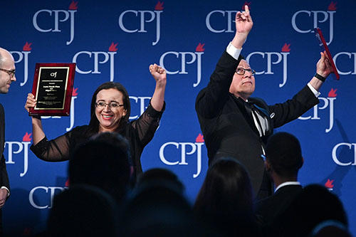 Lucía Pineda and Miguel Mora of Nicaraguan broadcaster 100% Noticias receive an International Press Freedom Award from A.G. Sulzberger in New York on November 21, 2019. (Getty/Dia Dipasupil)