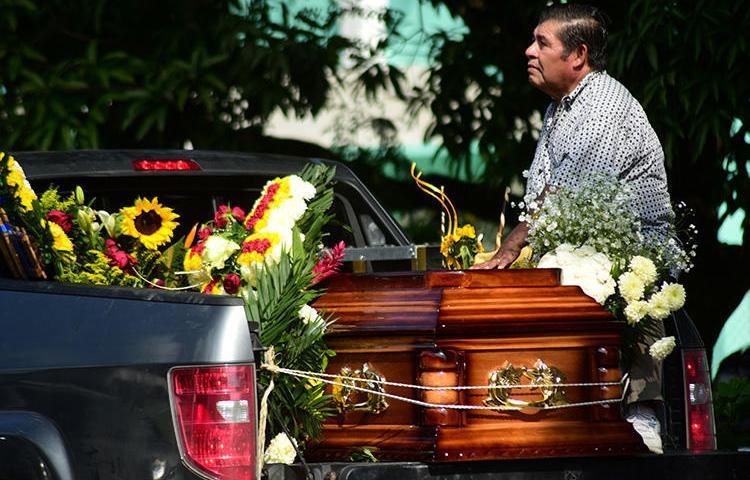 鲜花覆盖着墨西哥记者Jorge Celestino Ruiz Vazquez的灵柩,他于今年8月在韦拉克鲁 斯遇害。包括Ruiz 在内, 2019年至少有五名记者因遭到报复性谋杀在墨西哥殉职。(路 透社/Oscar Martinez)