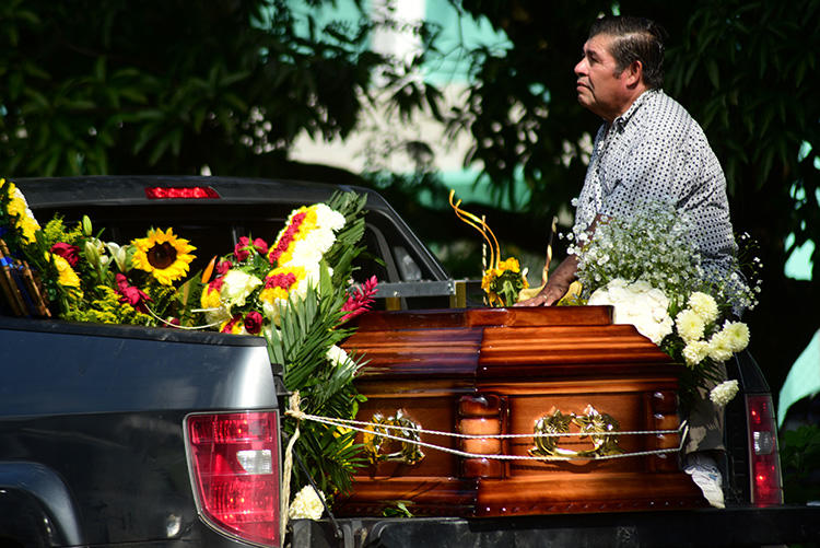Flores cubren el féretro del periodista mexicano Jorge Celestino Ruiz Vázquez, quien fue asesinado en Veracruz en agosto. Ruiz es uno de los cinco periodistas asesinados en represalia por su labor en México en 2019. (Reuters/Oscar Martinez)