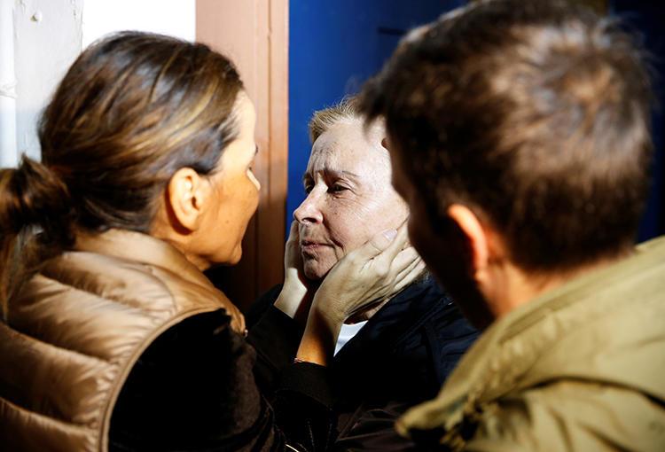 مهنئون يحتضنون الصحفية نازلي إليكاك عند الإفراج عنها من السجن في إسطنبول في نوفمبر/ تشرين الثاني 2019، وذلك بعد أن أصدرت محكمة حكماً بالإفراج عنها والاكتفاء بمدة السجن التي أمضتها، بعد إعادة محاكمتها. وما زال اثنان من زملائها سجينين على خلفية اتهامات مرتبطة بالإرهاب، وذلك من بين 47 صحفياً سجيناً في تركيا. (رويترز/ حسين ألديمير)