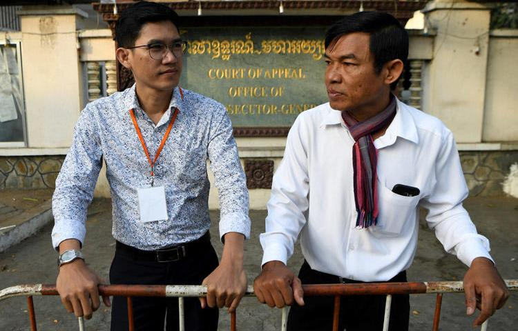 Former Radio Free Asia journalists Yeang Sothearin (L) and Uon Chhin (R) arrive at the court of appeal in Phnom Penh, Cambodia, on January 20, 2020, for a hearing. On January 28, the appeals court upheld espionage investigations against the two journalists. (AFP/Tang Chhin Sothy)