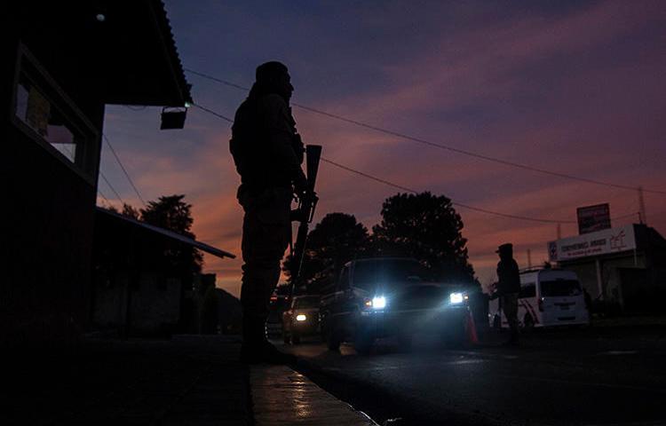 Un retén controlado por la policia comunitaria en Cherán, estado de Michoacán, en diciembre del 2019. El cuerpo de un periodista que ha sido reportado como desaparecido en el estado mexicano fue hallado en enero. (AFP/Pedro Pardo)