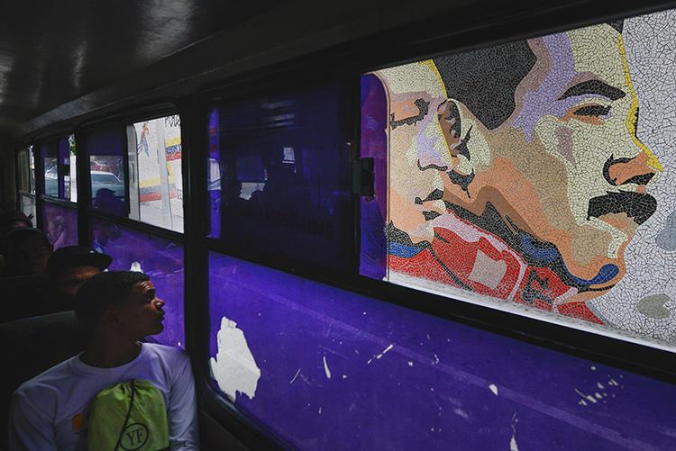Un mosaico del líder difunto Hugo Chávez y el presidente Nicolás Maduro en Caracas, Venezuela, el 19 de diciembre de 2019. Las autoridades venezolanas excarcelaron recientemente al fotoperiodista independiente Jesús Medina después de 16 meses de detención. (AP / Matias Delacroix)