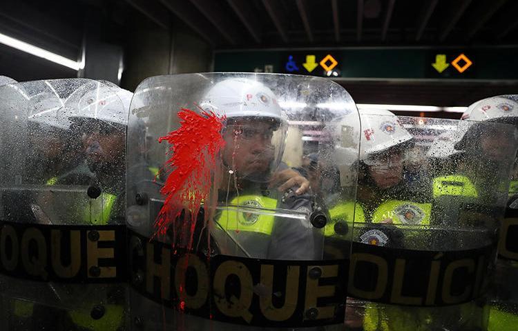 Policiais em São Paulo, Brasil, em 7 de janeiro de 2020. Em meio a protestos recentes, a polícia deteve e atacou jornalistas. (Reuters/Amanda Perobelli)
