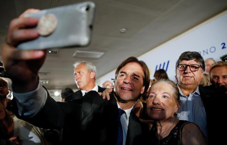 El Presidente electo Luis Lacalle Pou se toma una selfie durante el anuncio de su próximo gabinete, en Montevideo, Uruguay, en diciembre de 2019. Su partido está buscando introducir el 'derecho al olvido' en un proceso legislativo abreviado, levantando preocupaciones en materia de libertad de prensa. (Reuters/Mariana Greif)