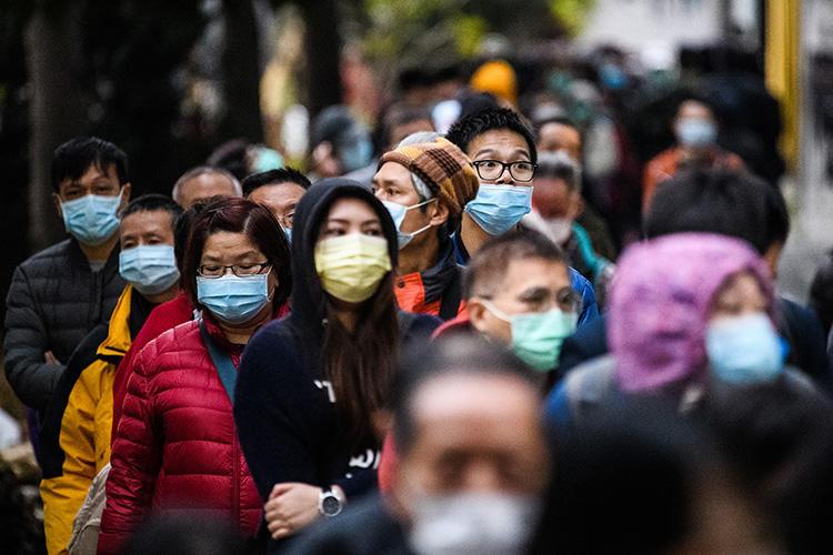 2020年2月5日,香港人民排队买口罩,以防冠状病毒疫情的传播;该病毒最早在中国武汉出现。(法新社/Anthony Wallace)