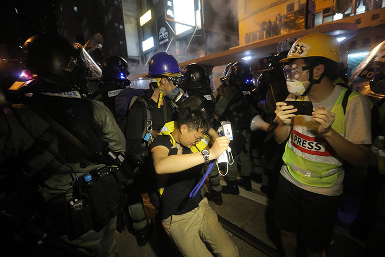 2019年7月28日,防暴警察和示威者在中央政府駐港聯絡辦附近發生衝突,一名記者受傷。(法新社/