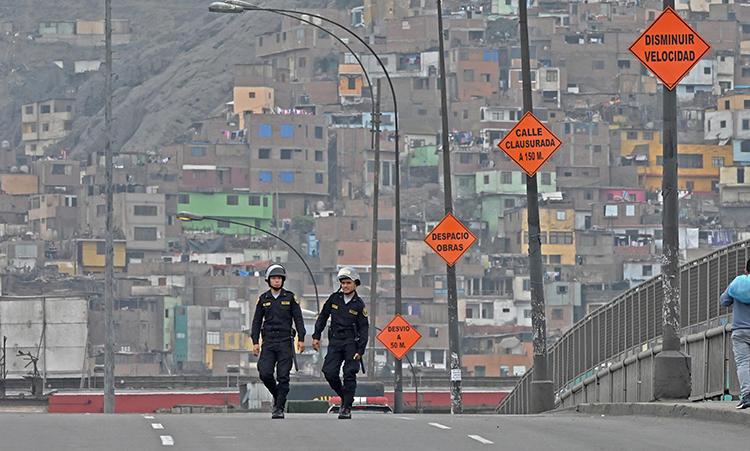 Imagen de la policía en Lima, Perú, el 1 de octubre de 2019. Recientemente la periodista Daysi Lizeth Mina Huamán está desaparecida en Perú. (AFP/Cris Bournoncle))