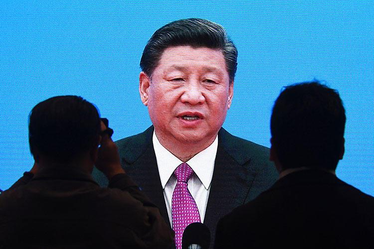 2019年4月27日,在北京媒體中心舉行的「一帶一路」國際峰會論壇閉幕當天,記者觀看中國國家主席習近平的新聞發佈會致辭直播。(法新社/ Greg Baker)