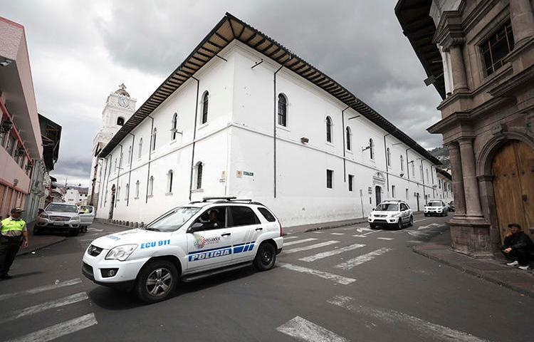Imagen de vehículos policiales en Quito, Ecuador, el 13 de octubre de 2019. El periodista ecuatoriano Víctor Aguirre recientemente sobrevivió a un ataque con explosivo en su casa.  (AP/Fernando Vergara)